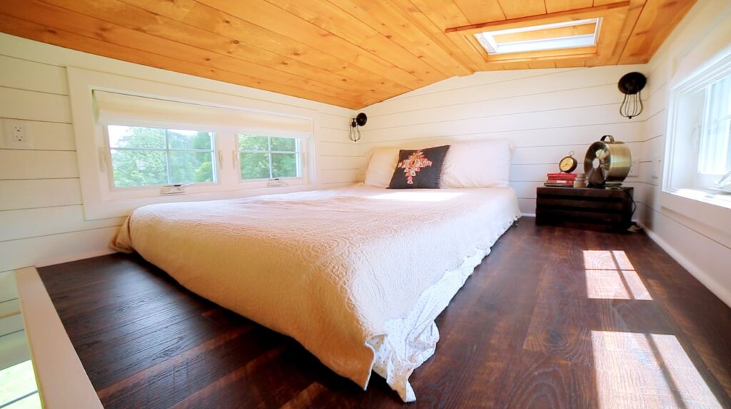 tiny house bedroom_Sleeping loft